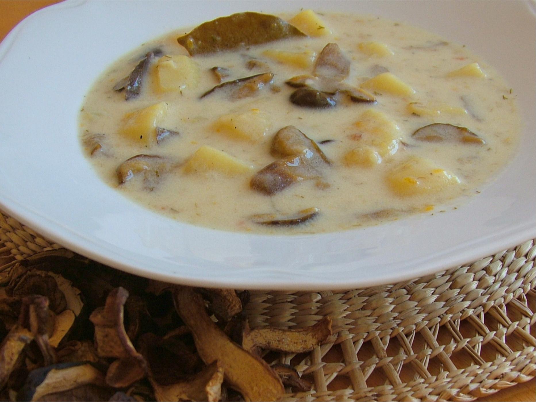 Hríbová polievka so smotanou a zemiakmi