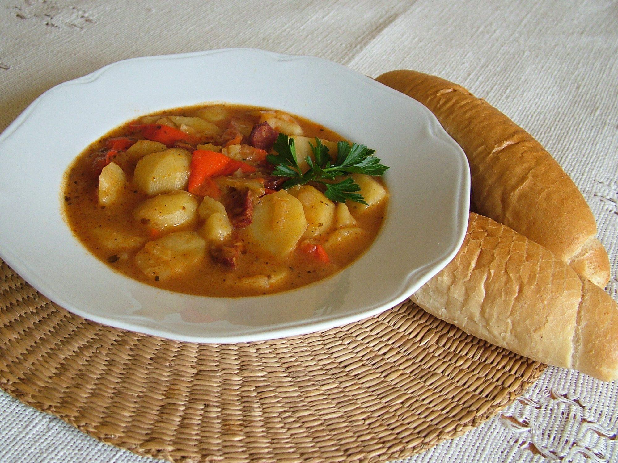 Krumpliguláš - zemiaková polievka s klobásou