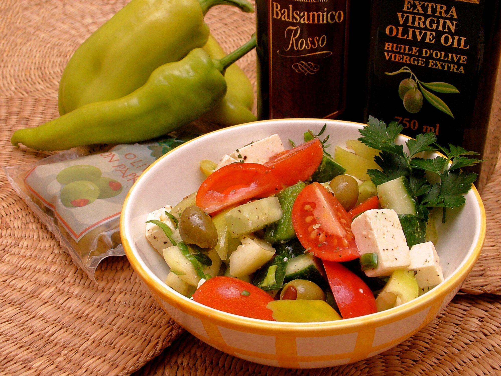 Zeleninový šalát so syrom a olivami
