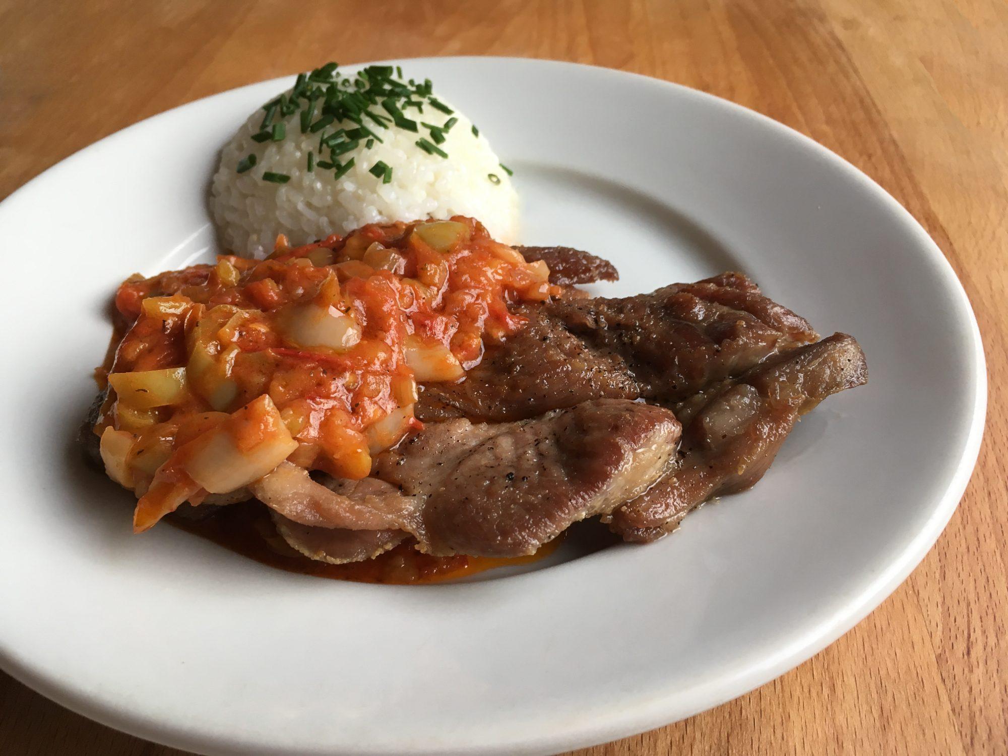 Srbské bravčové rebierko s paradajkami a paprikami