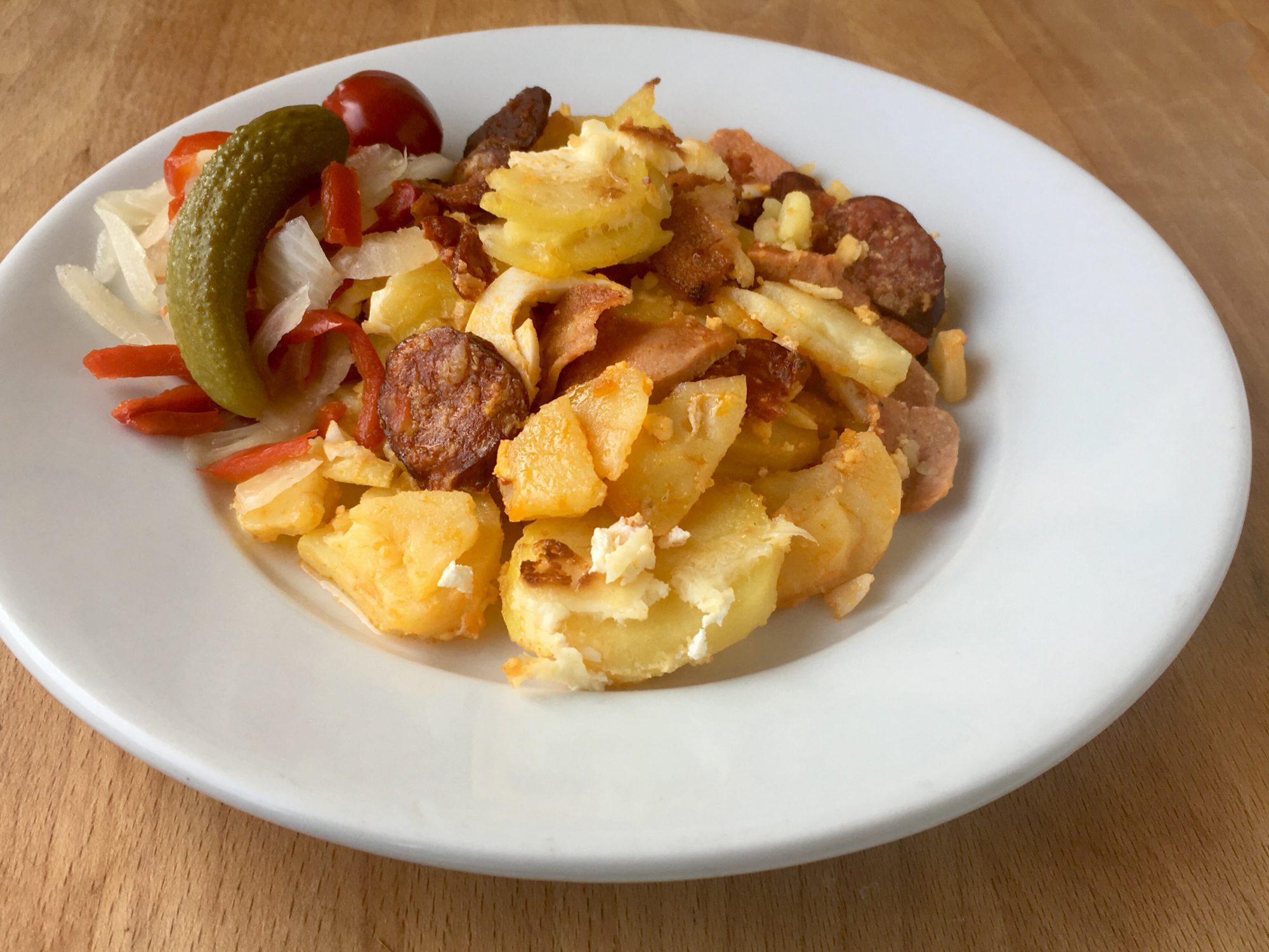 Francúzske zemiaky s klobásou a vajíčkami