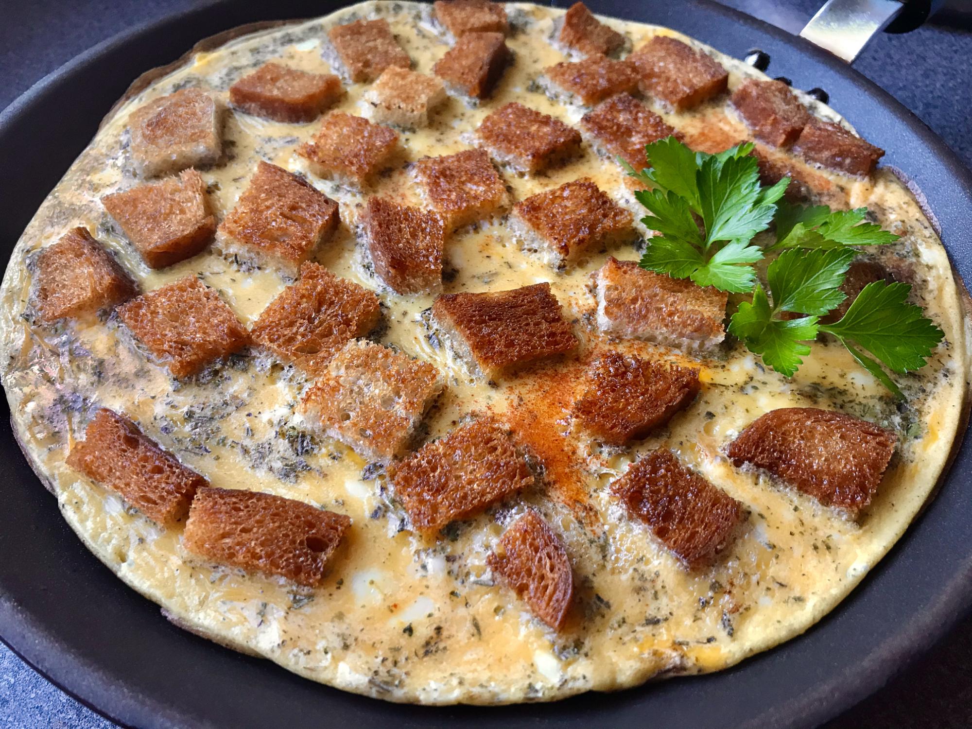 Vajíčková omeleta s chlebom a bylinkami